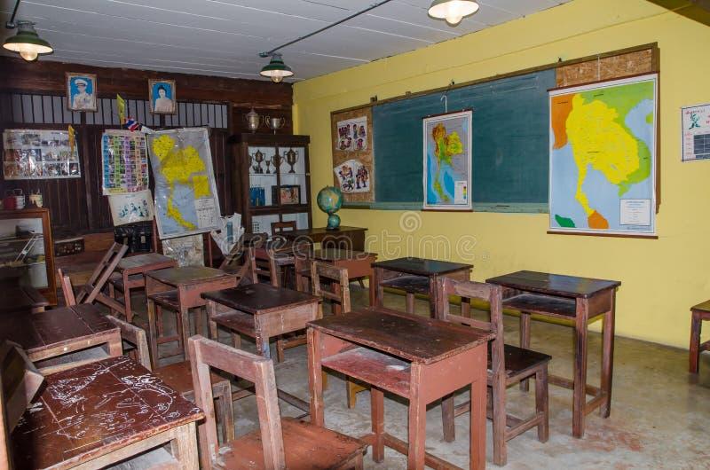 Thailändisches traditionelles Klassenzimmer der alten Zeit mit Tafel stockbild