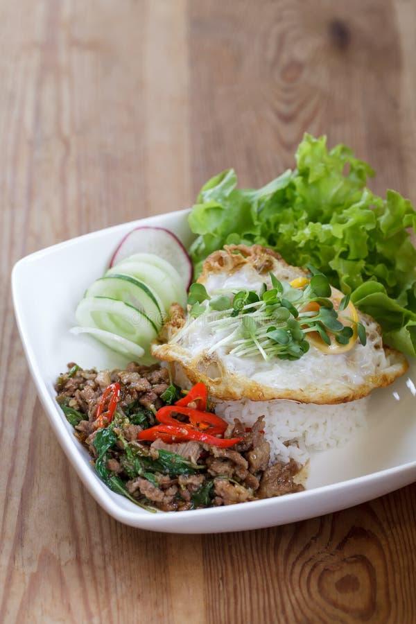 Thailändisches würziges Rezept des gebratenen Reises des Lebensmittelbasilikumschweinefleisch mit Ei stockfotos