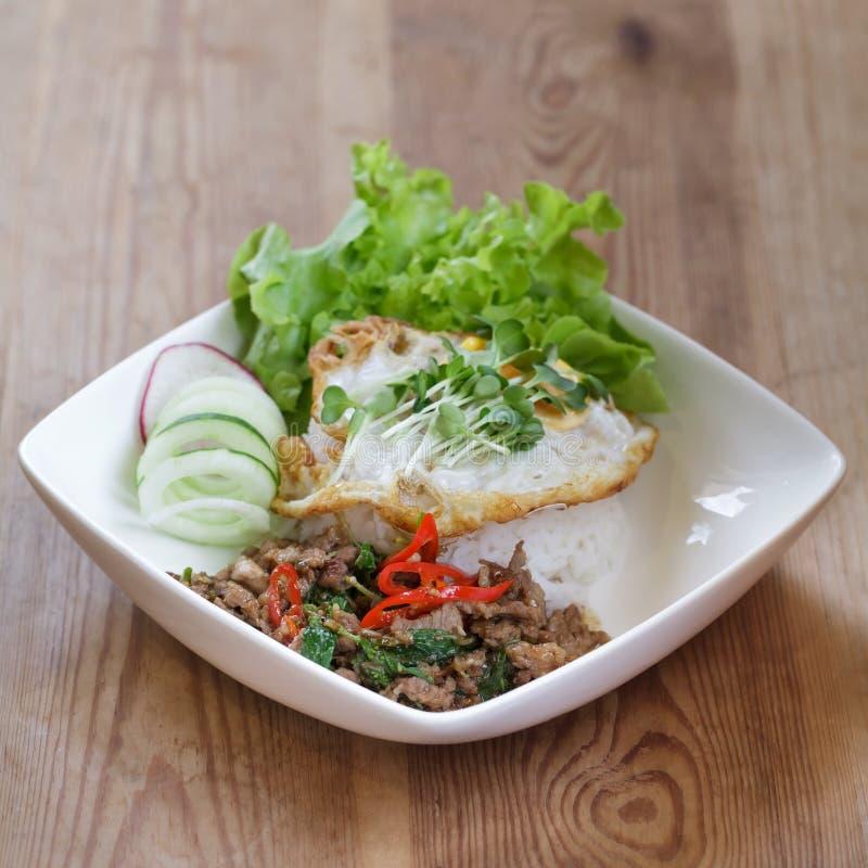 Thailändisches würziges Rezept des gebratenen Reises des Lebensmittelbasilikumschweinefleisch mit Ei lizenzfreie stockfotografie