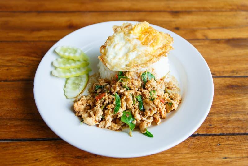 Thailändisches würziges Rezept des Lebensmittelbasilikumhühnergebratenen Reises mit Spiegelei, lizenzfreie stockbilder