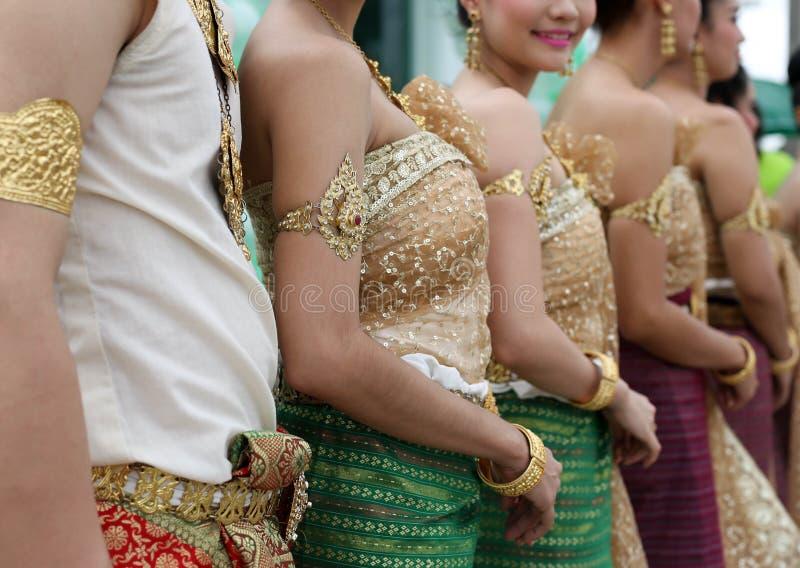Thailändisches womwn im traditionellen thailändischen Tanzkleid der Weinlese lizenzfreie stockbilder