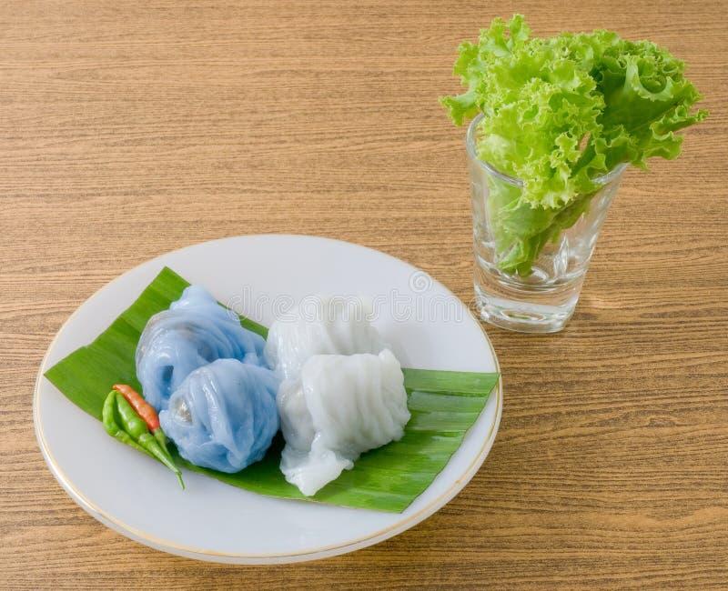 Thailändsk ångad rishudklimp som fylls med finhackat griskött arkivbild