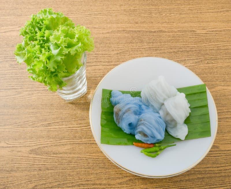 Thailändsk ångad rishudklimp som tjänas som med grönsallat arkivbilder
