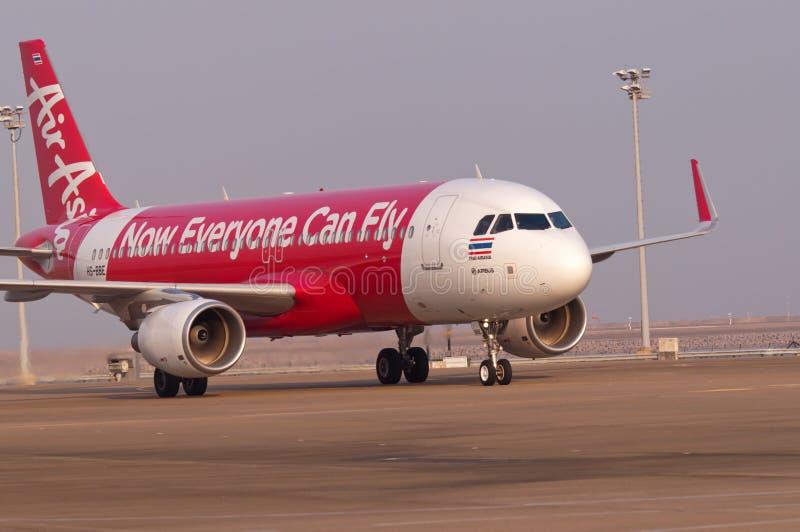 Thailändsk airasia flygbuss på den Macao flygplatsen royaltyfri foto