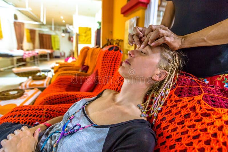 Thailändsk ansikts- massage royaltyfria bilder