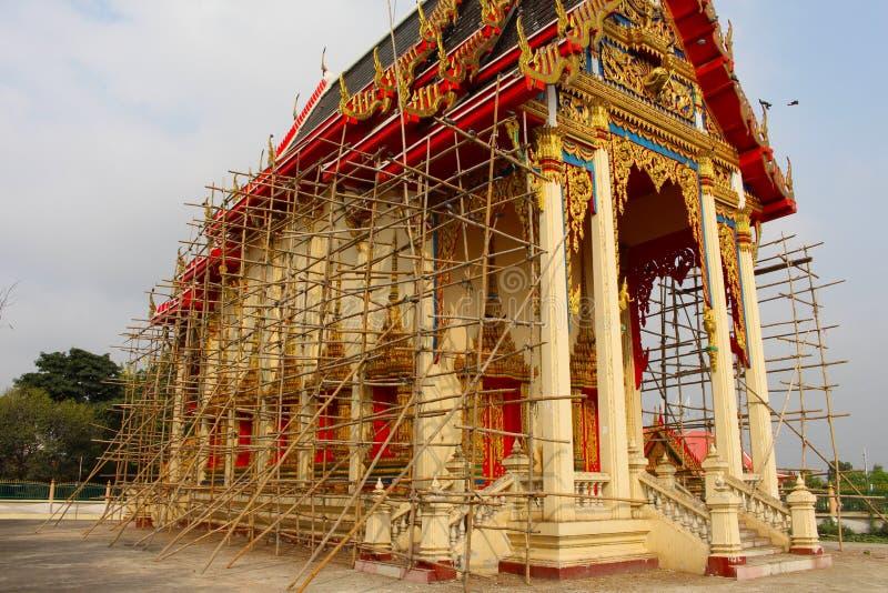 Thailändsk buddistkyrka under renovering arkivbilder