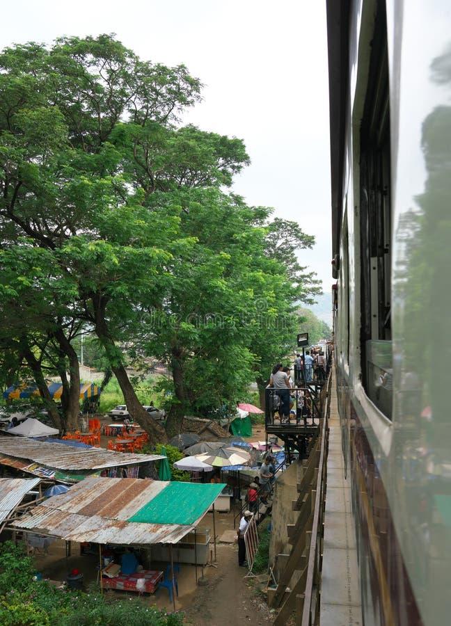 Thailändsk-Burma ett järnväg drev passerar på floden Kwai Bridege royaltyfria bilder