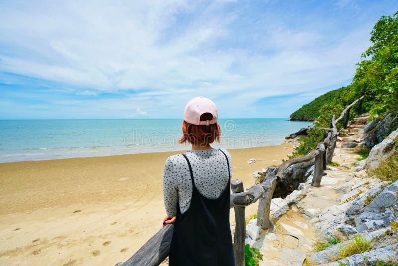 Thailändsk dam som förbiser havet på stranden i Pran Buri, Thailand fotografering för bildbyråer