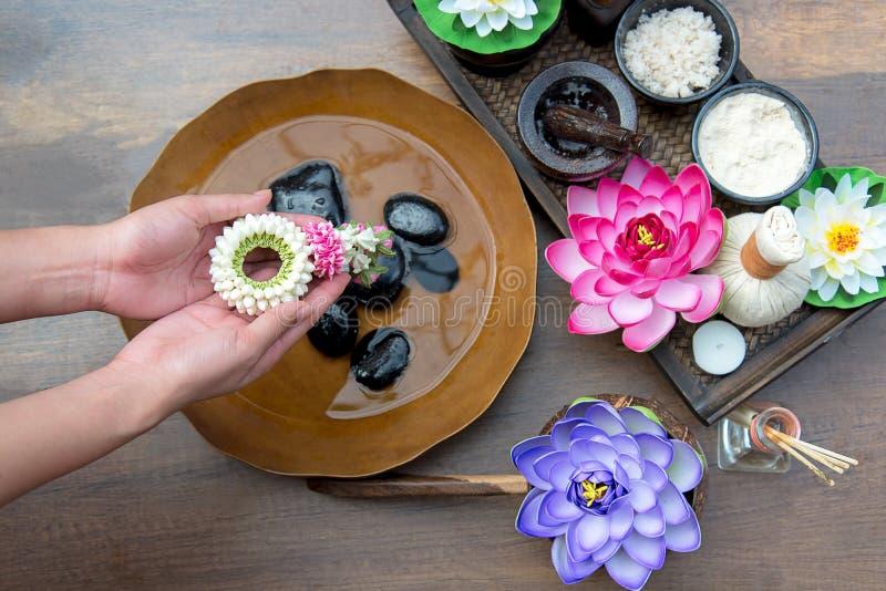 Thailändsk den Spa behandling och produkten för kvinnlig fot och manikyr spikar brunnsorten som är våt med lotusblommablommor, royaltyfri fotografi