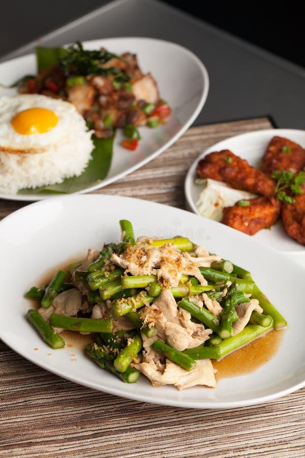 Thailändsk disk för höna och för sparris arkivfoton