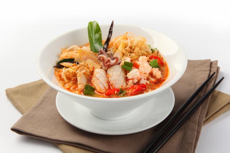Thailändsk disk, Tom Yam havs- soppa med nudlar fotografering för bildbyråer