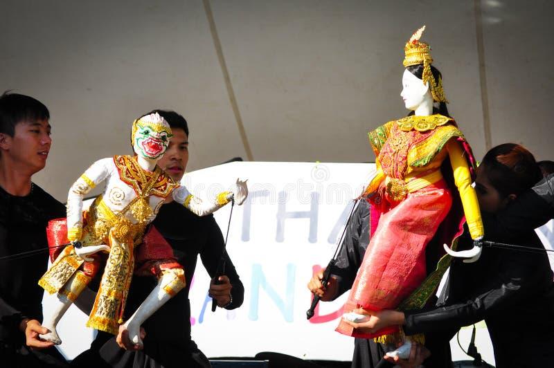 Thailändsk dockavisning berättelsen från det hinduiska eposHanuman Ramayana teckenet på de årliga händelserna av Thailand den sto royaltyfri fotografi