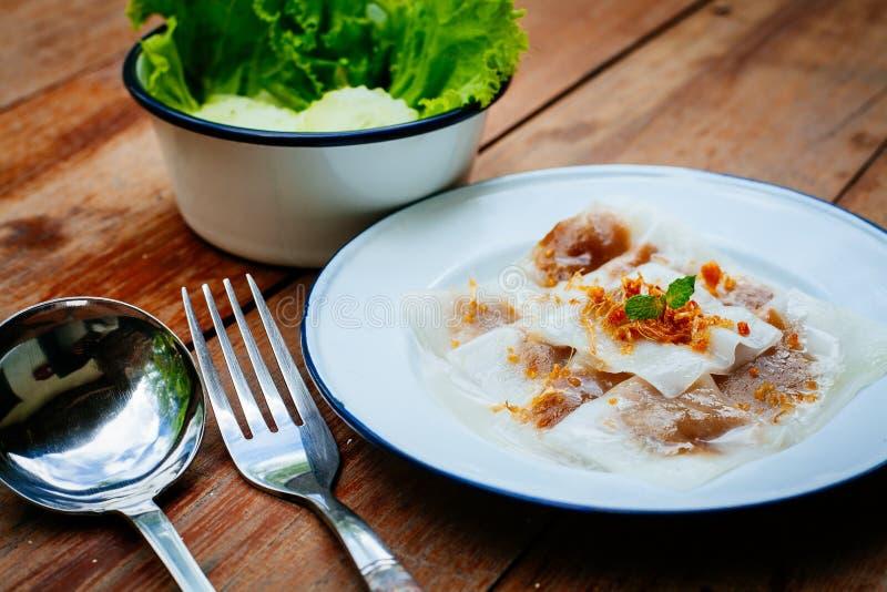 Thailändsk efterrätt: Ångat Ris-hud klimp- och tapiokagriskött royaltyfri bild
