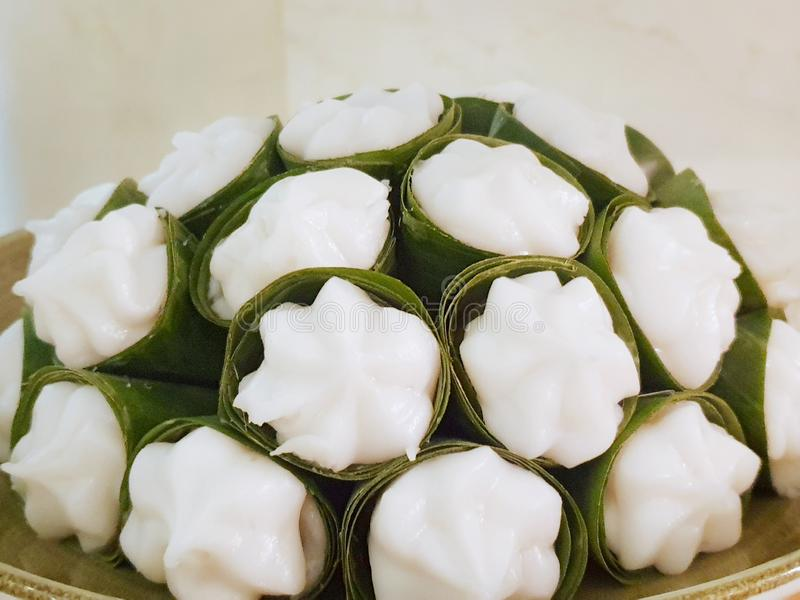 Thailändsk efterrättstil, bästa sikt av pudding med kokosnöttoppning i bananblad på plattan royaltyfri fotografi