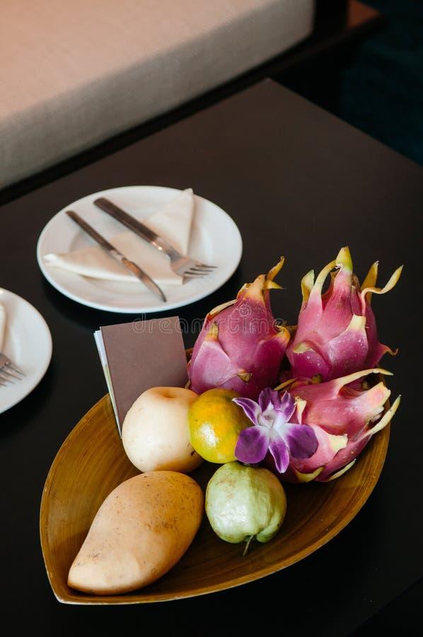 Thailändsk exotisk korg för tropisk frukt, välkommen fruktkorg i hotell royaltyfri bild