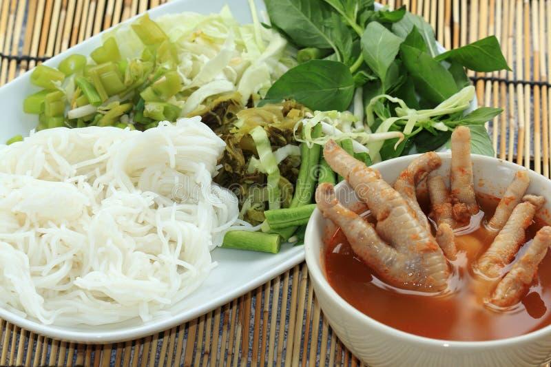 Thailändsk för currykokosnöt för fegt ben soppa för nudel arkivbild