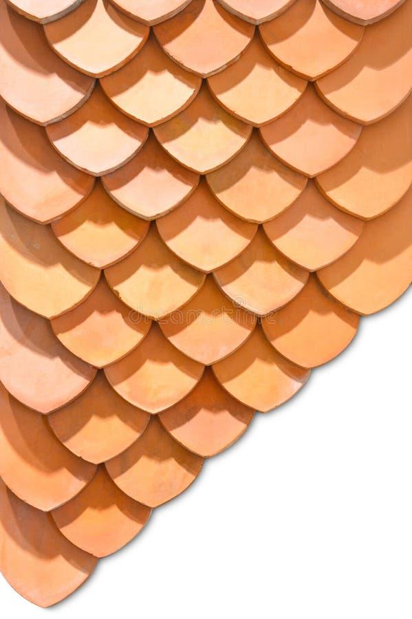 Thailändsk för takmodell för gammal stil design, lager av för tegelplattatak för röd lera som textur isoleras på vit bakgrund arkivfoto