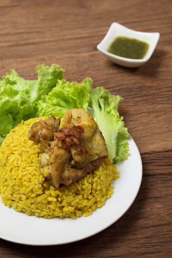 Thailändsk feg biryani (Khao Mok Gai) eller gul thailändsk mat för curryris royaltyfria foton