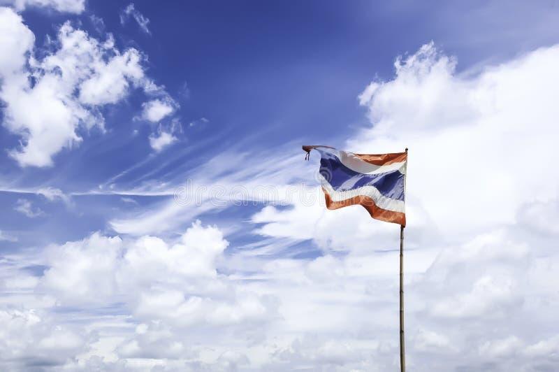 Thailändsk flagga som vinkar till bakgrunden för blå himmel arkivbild
