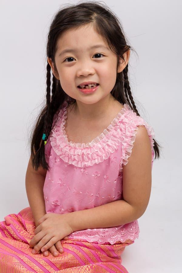 Thailändsk flicka i traditionell dräktbakgrund/thailändsk flicka i traditionell dräkt arkivbild