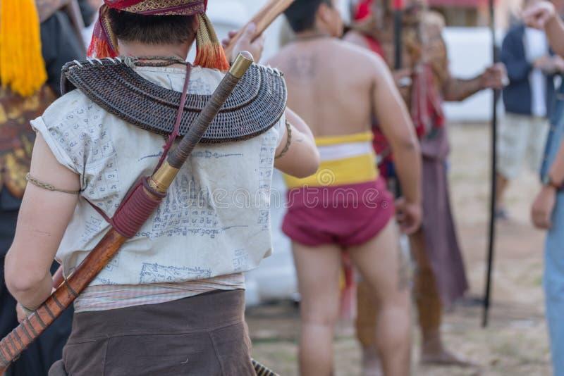 Thailändsk forntida handling för krigareswordsmanshipstridighet med svärd- och spjutvapnet i nordlig Lanna kultur royaltyfria bilder