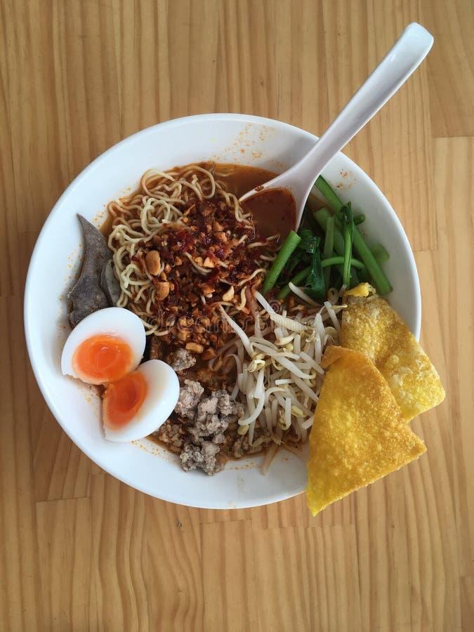 Thailändsk gatamat, sur Tom yum soppa som är kryddig och, ägg, grisköttnudel royaltyfria bilder