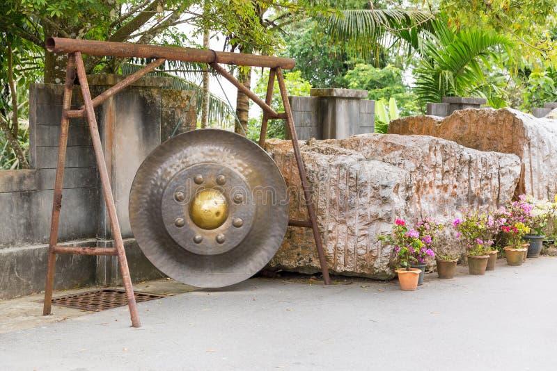 Thailändsk gong i Phuket Asiatisk klocka för tradition i buddismtempel i Thailand Berömd stor klockaönska nära guld- Buddha fotografering för bildbyråer