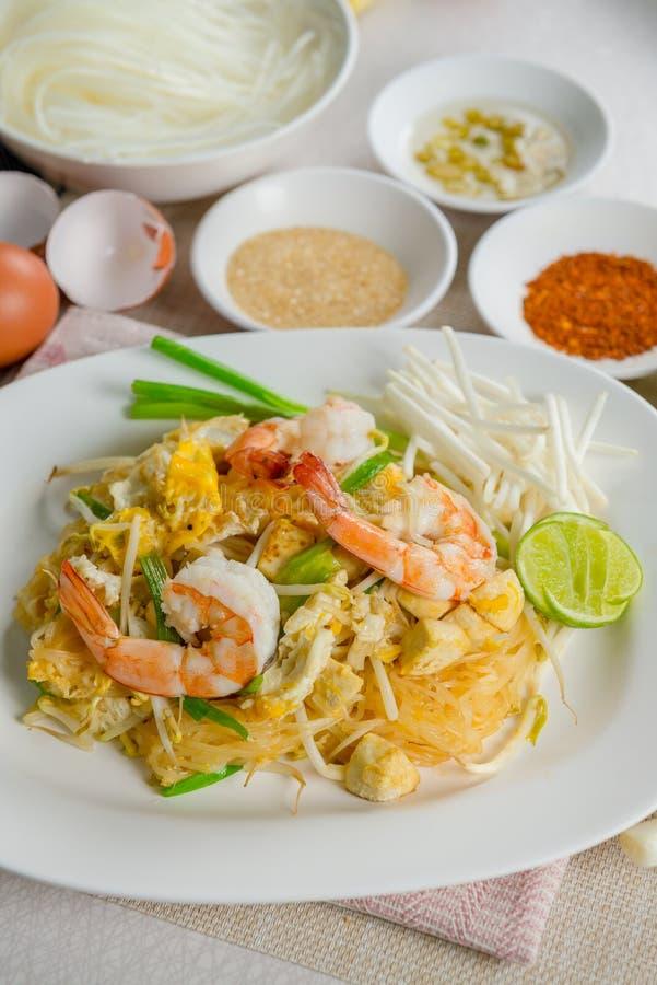 Thailändsk Goong för block gräsmark Fried Rice Sticks med räka arkivbilder