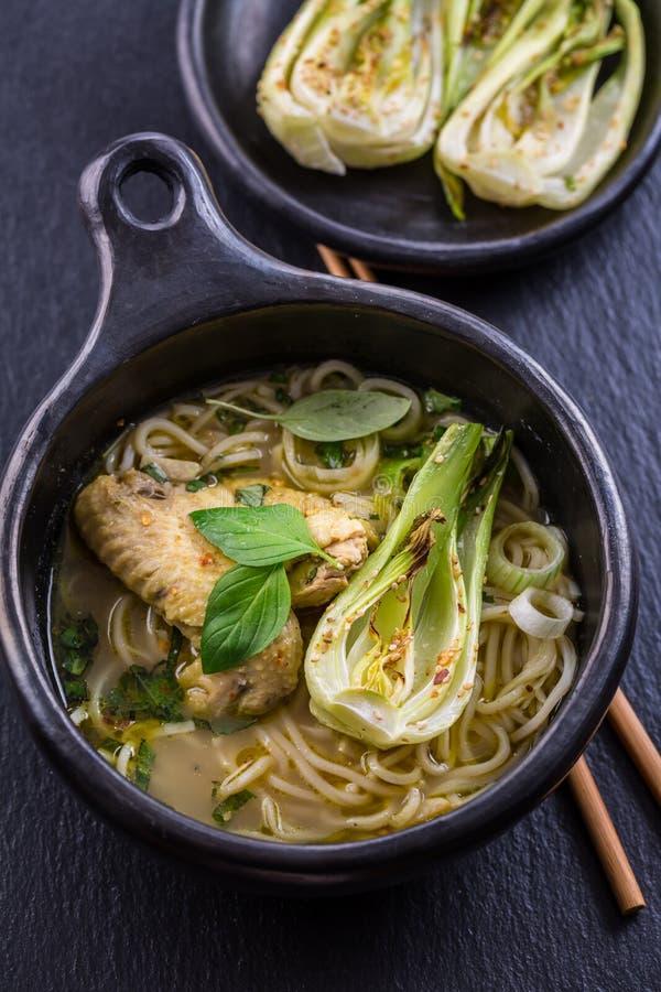 Thailändsk grön curryhönasoppa med pak choi royaltyfri bild