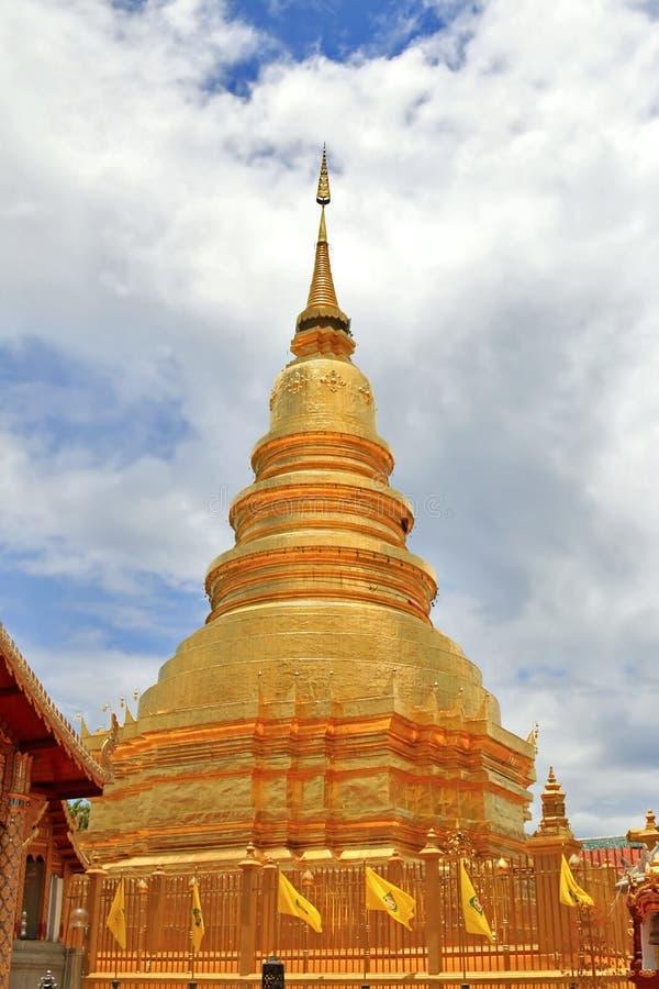 Thailändsk guld- pagod på Wat Phrathat Hariphunchai Woramahavihan te royaltyfri foto