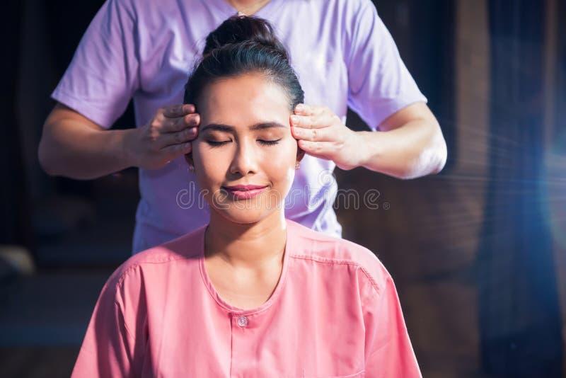 Thailändsk huvudmassage till den asiatiska kvinnan arkivfoton