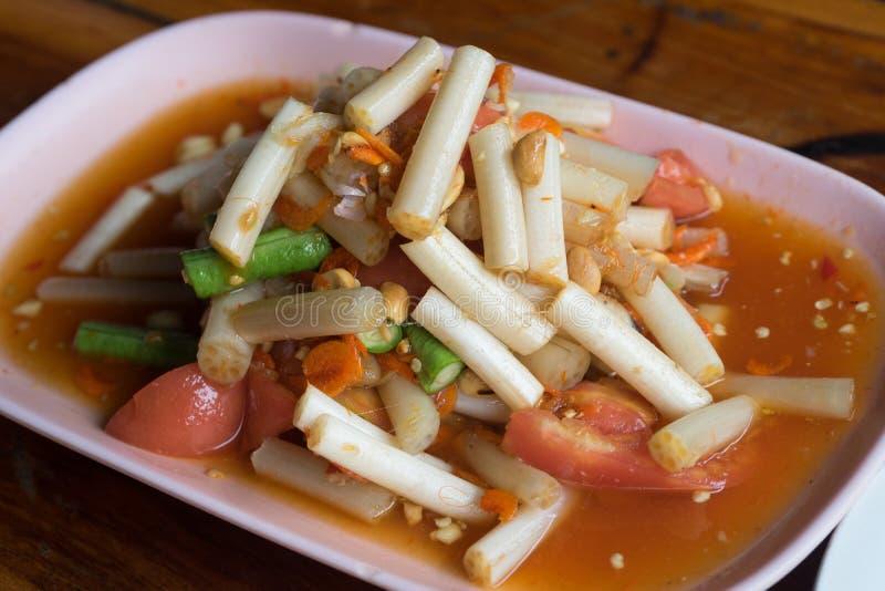 Thailändsk Isan för SomTum mat, thailändsk papayasallad med Lotus royaltyfria bilder