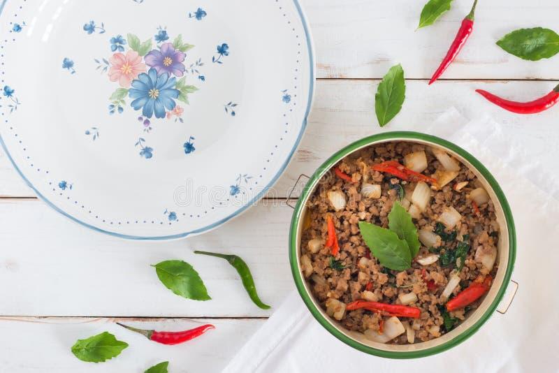 Thailändsk Ka Prao, bild för matnamnblock för bästa sikt av Stir-fried griskött med basilikasidor arkivbilder