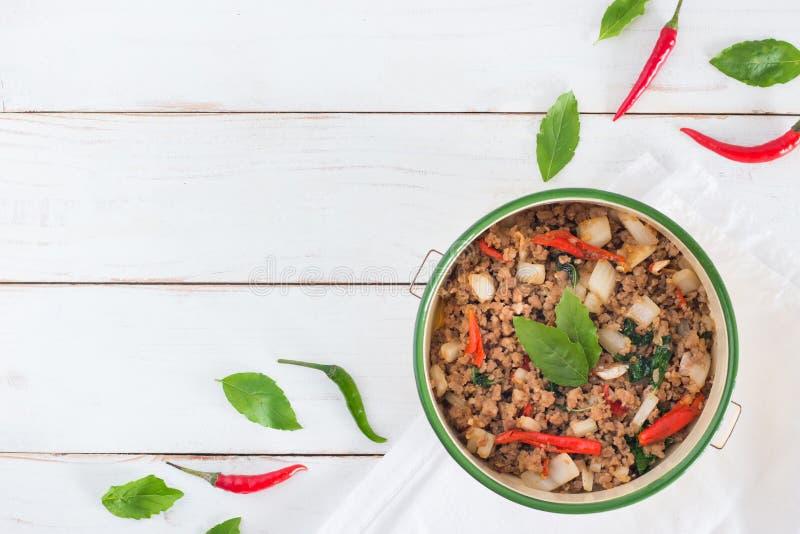 Thailändsk Ka Prao, bild för matnamnblock för bästa sikt av Stir-fried griskött med basilikasidor royaltyfri bild
