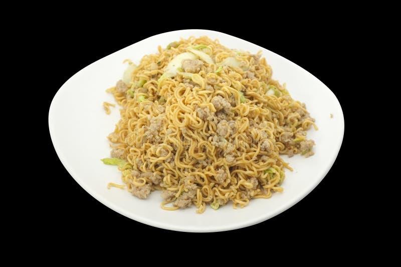 Thailändsk kokkonst, asiatisk uppståndelse stekte nudeln med den finhackade griskött och grönsaken arkivbilder