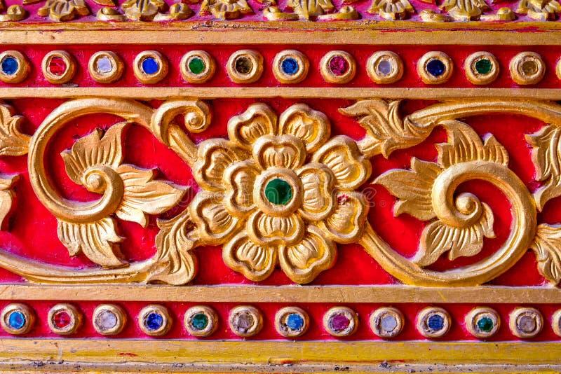 Thailändsk konststil för guld- stuckatur i tempel royaltyfri fotografi
