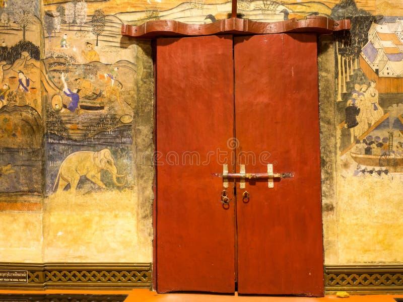 Thailändsk konstväggmålning i strömförsörjningskyrka av Wat Phu Mintr arkivbilder