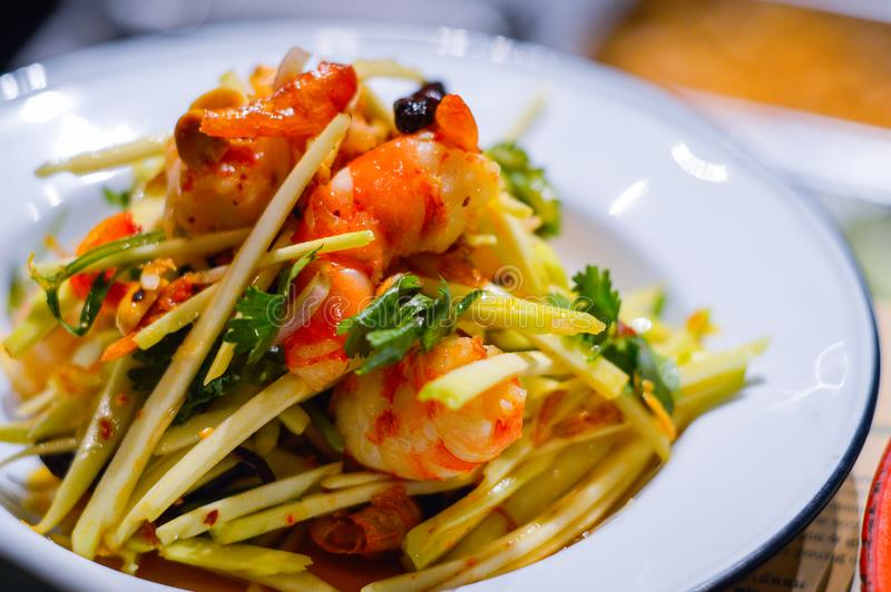 Thailändsk konung Prawn Mango Salad arkivfoton