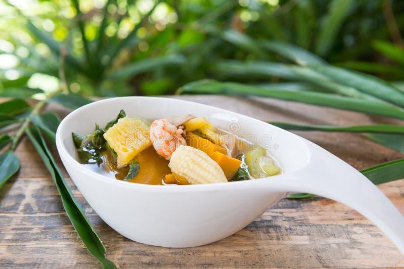 Thailändsk kryddig blandad grönsaksoppa med räkor (Kang Liang Goong So royaltyfri fotografi