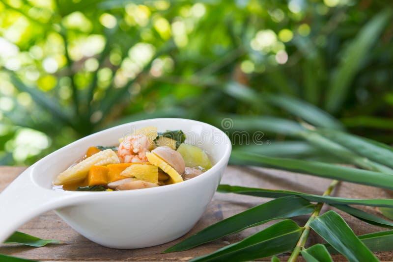 Thailändsk kryddig blandad grönsaksoppa med räkor (Kang Liang Goong So arkivbild