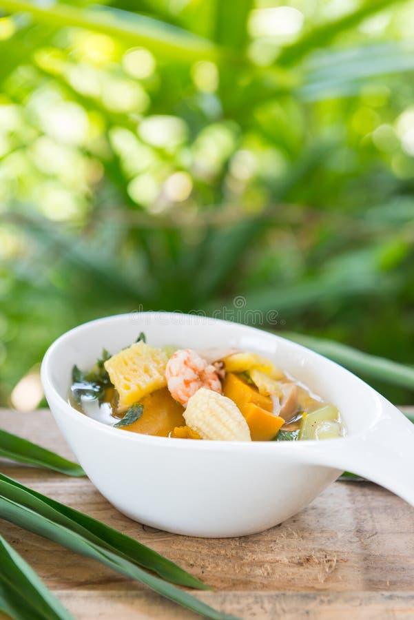 Thailändsk kryddig blandad grönsaksoppa med räkor (Kang Liang Goong So arkivfoto