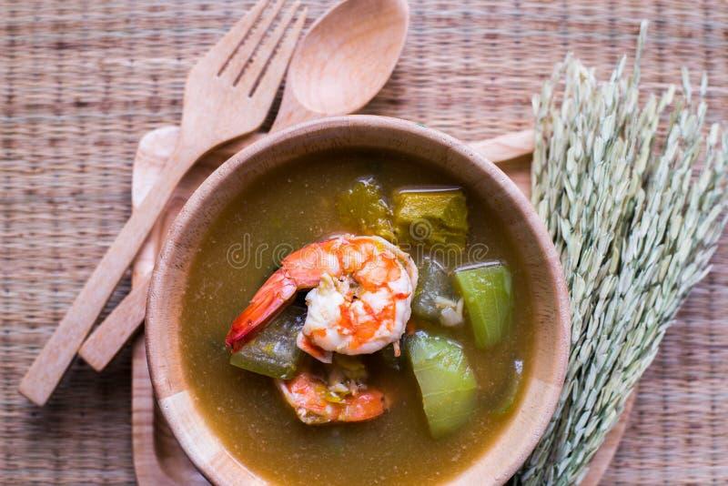 Thailändsk kryddig blandad grönsaksoppa med räkor Kang Liang Goong Sod fotografering för bildbyråer