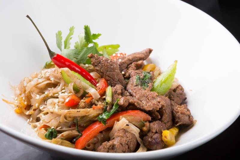 Thailändsk kryddig nudelmaträtt med kött arkivbilder