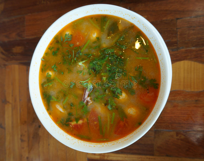Thailändsk kryddig räka- och tioarmad bläckfisksoppa arkivbilder