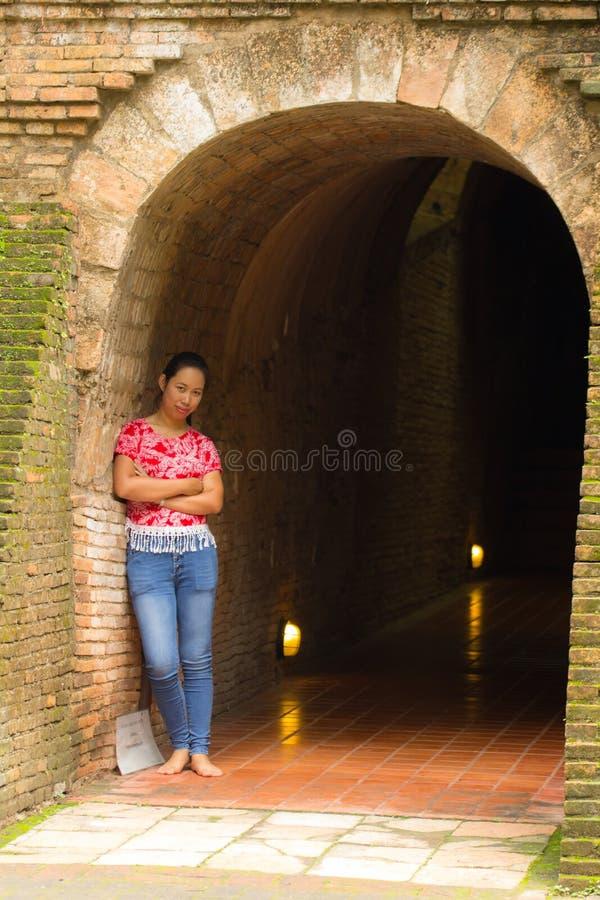 Thailändsk kvinna för stående på Wat Umong Tunnel i Chiang Mai, Thailand royaltyfria foton