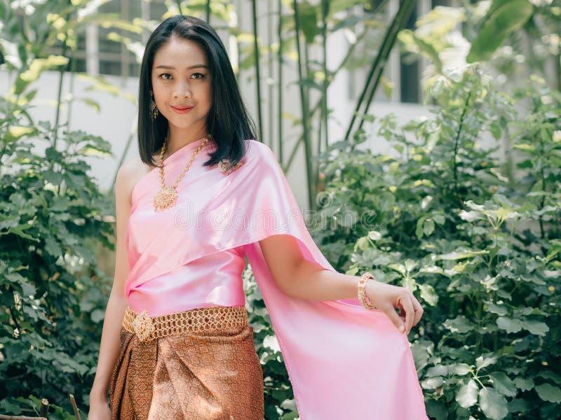 Thail?ndsk kvinna i traditionell thail?ndsk dr?kt av den vanliga forntida damen royaltyfri fotografi