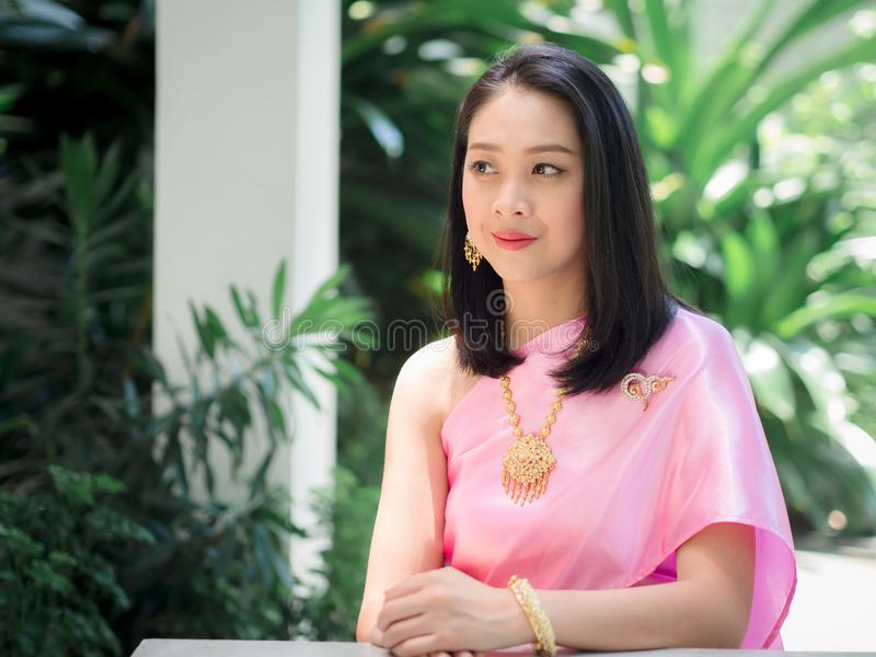 Thailändsk kvinna i thailändsk traditionell klänning royaltyfri bild