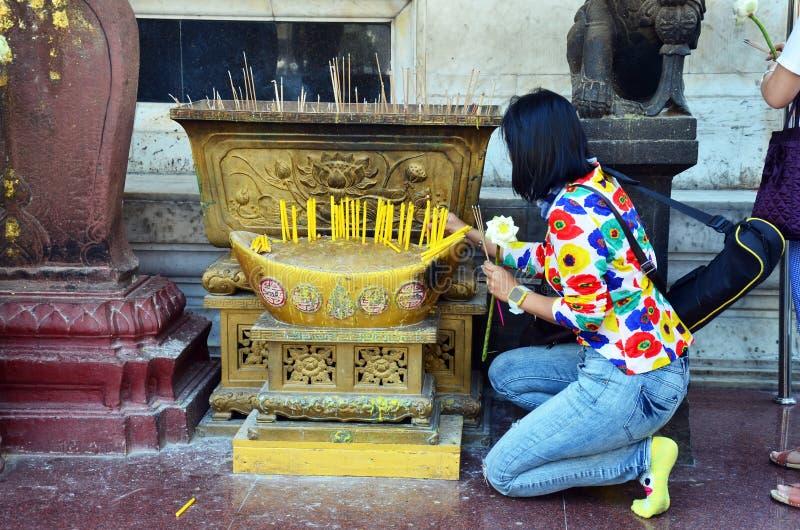 Thailändsk kvinna som ber på Wat Bowonniwet Vihara eller Wat Bowon royaltyfria bilder