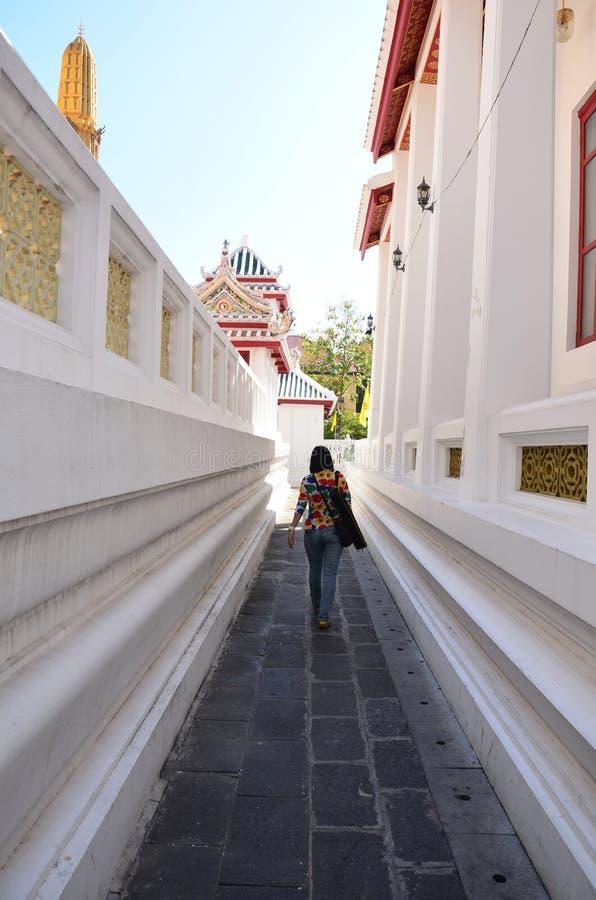Thailändsk kvinna som går på Wat Bowonniwet Vihara eller Wat Bowon fotografering för bildbyråer