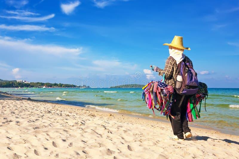 Thailändsk kvinna som säljer strandkläderna royaltyfria foton